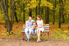 Jeune famille pour une promenade en parc d'automne avec Photographie stock