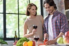 Jeune famille préparant le dîner romantique Image libre de droits