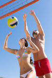Jeune famille sautant avec une boule Photos libres de droits