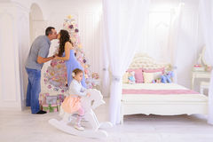 Jeune famille se préparant à prochain dans la lumière spacieuse de chambre à coucher dessus Photographie stock