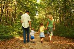 Jeune famille sur la nature photographie stock libre de droits