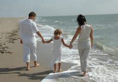 Jeune famille sur la plage Photos stock