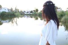 Jeune femelle à côté d'un étang Photographie stock libre de droits