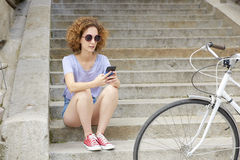 Jeune femelle à l'aide du téléphone portable image stock