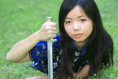Jeune femelle asiatique avec l'épée Photographie stock libre de droits