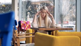 Jeune femelle attirante ayant le mal de tête soudain en café banque de vidéos