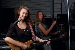 Jeune femelle avec la guitare de roche photographie stock libre de droits