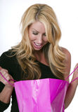 Jeune femelle avec le sac de cadeau Photo stock
