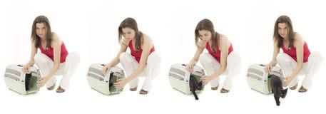 Jeune femelle avec le transporteur d'animal familier Photos stock