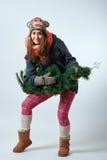 Jeune femelle avec un arbre de Noël Photographie stock libre de droits
