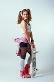 Jeune femelle avec une planche à roulettes Photos stock