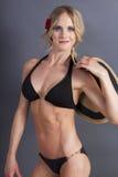 Jeune femelle blonde attirante dans un dessus de bikini photos libres de droits