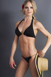 Jeune femelle blonde attirante dans un dessus de bikini Photo libre de droits