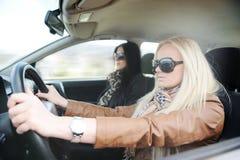 Jeune femelle blonde belle dans le véhicule Photographie stock libre de droits