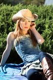 Jeune femelle blonde en de chapeau portrait occidental de porte  Photos stock