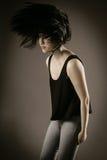 Jeune femelle dans l'équipement occasionnel renversant ses cheveux image libre de droits