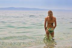Jeune femelle dans le bikini faisant face à la mer, une droite plus étroite de vue Image libre de droits