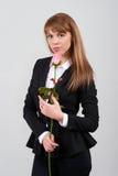 Jeune femelle dans le costume avec une rose Photos stock