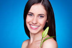 Jeune femelle de attirance avec le bourgeon floral Photographie stock