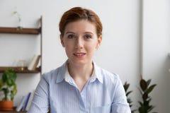 Jeune femelle de Headshot faire l'appel visuel au travail image libre de droits