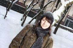Jeune femelle en stationnement de l'hiver Photo stock