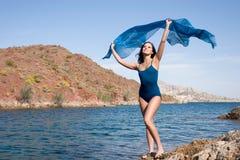 Jeune femelle magnifique par la plage Image libre de droits