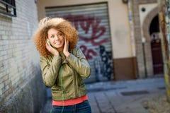 Jeune femelle noire attirante à l'arrière-plan urbain Image stock