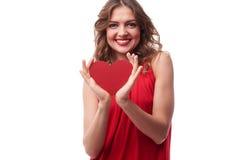 Jeune femelle renversante avec une carte de voeux sous forme de coeur Photos stock