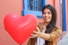 Jeune femelle retenant un coeur images libres de droits