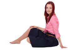 Jeune femelle rousse attirante dans la chemise rose Image libre de droits