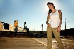 Jeune femme à côté des pistes Photo stock