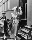 Jeune femme à côté de l'ondulation de train (toutes les personnes représentées ne sont pas plus long vivantes et aucun domaine n' image stock