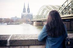Jeune femme à Cologne Image stock