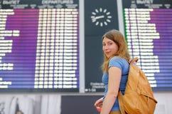 Jeune femme à l'aéroport international Photos libres de droits
