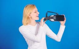 Jeune femme à l'aide d'un casque de réalité virtuelle avec les lignes conceptuelles de réseau Portrait de jeune femme portant des photos stock