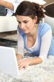 Jeune femme à l'aide d'un ordinateur portatif Image libre de droits