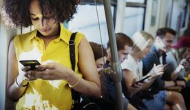 Jeune femme à l'aide d'un smartphone dans un souterrain Photo stock