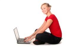 Jeune femme à l'aide de l'ordinateur portatif image libre de droits