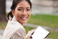 Jeune femme à l'aide de la tablette digitale Image stock