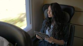 Jeune femme à l'aide de sa tablette tout en voyageant par chemin de fer Concept d'application de voyage clips vidéos