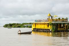 Jeune femme à l'aide de son petit bateau dans le village de flottement sur Tonle SA image stock