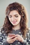 Jeune femme à l'aide du smartphone Téléphone portable de femme photos libres de droits