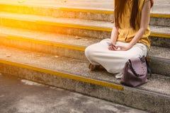 Jeune femme à l'aide du téléphone intelligent Photo stock