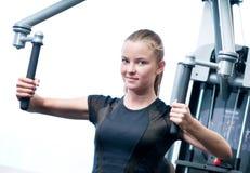 Jeune femme à l'exercice de gymnastique Photographie stock