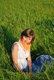 Jeune femme à l'extérieur Photo stock
