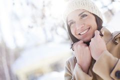 Jeune femme à l'hiver image stock