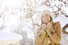 Jeune femme à l'hiver photos libres de droits
