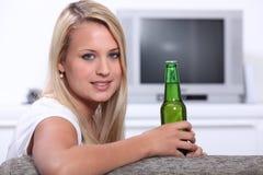 Jeune femme à la maison Image stock