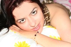 Jeune femme à la maison Photographie stock