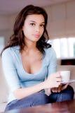 Jeune femme à la maison Photographie stock libre de droits